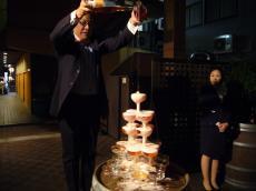 シャンパンピラミッドにシャンパンを注ぐ中村先生